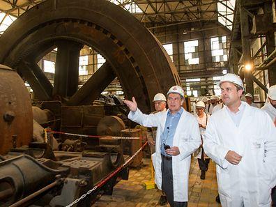 """Die """"Groussgasmaschinn"""" soll zum Herzstück des """"Science Center"""" werden. Der Gründer Nicolas Didier (l.) führt Premierminister Xavier Bettel durch die Anlage."""