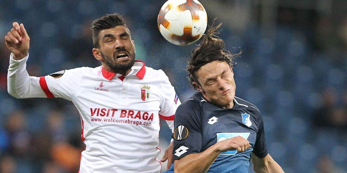 Ricardo Esgaio(SC Braga) e Nico Schulz (Hoffenheim) numa disputa de bola