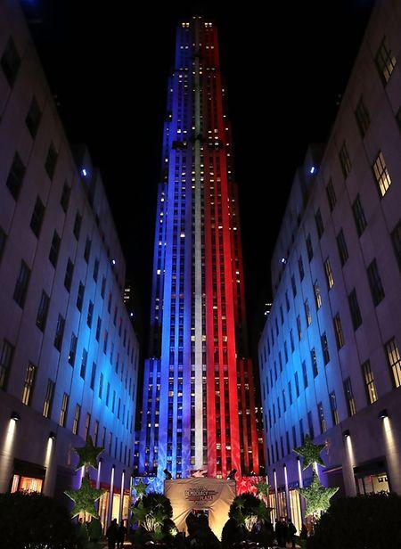 Das Rockefeller Center in New York ist zum Wahltag in den Nationalfarben der USA angestrahlt.