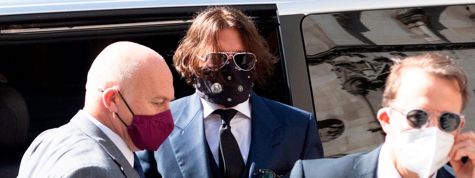 Johnny Depp (M) kommt vor dem High Court zur Anhörung in seiner Verleumdungsklage gegen den Verlag der Boulevardzeitung «The Sun».