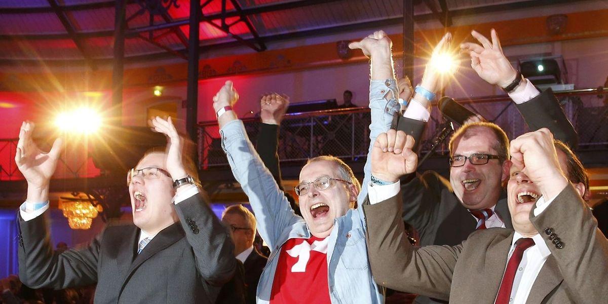 AfD Anhänger freuen sich über den Erfolg ihrer Partei.