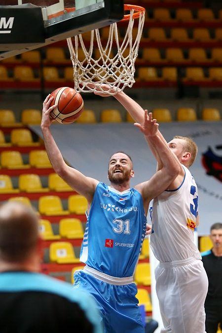 Clancy Rugg (l.) muss sich gegen die Isländer um Tryggvi Hlinason jeden seiner insgesamt 26 Punkte hart erkämpfen.