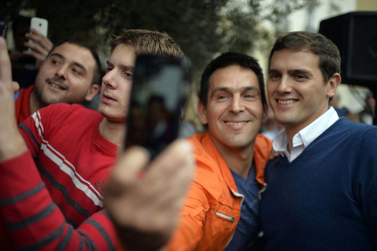 Der junge Albert Rivera (r.) im Wahlkampf in Santander.