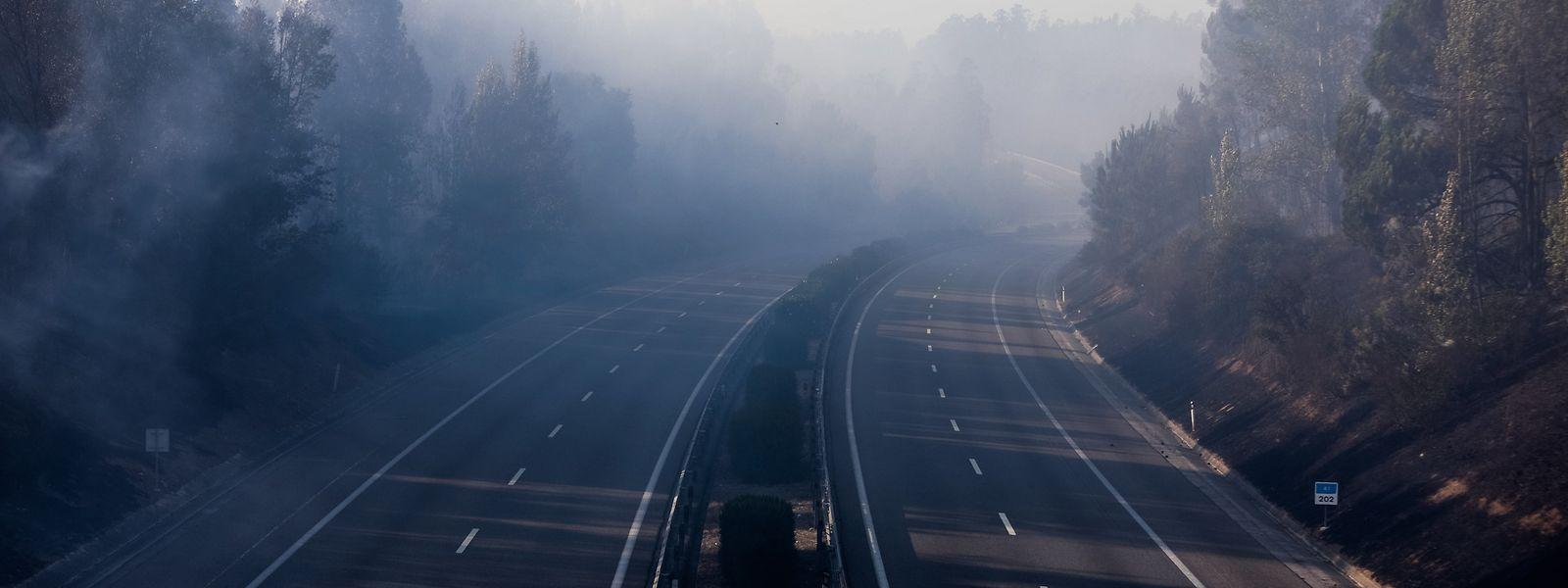 A auto-estrada A1 está cortada entre Coimbra e Mealhada devido ao incêndio que deflagrou ao início da tarde em Barcouço, Mealhada, 10 de agosto de 2017. PAULO NOVAIS/LUSA