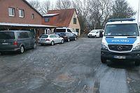 30.01.2019, Schleswig-Holstein, Elpersbüttel: Fahrzeuge der Polizei stehen während eines Einsatzes auf einem Grundstück. Beamte des Bundeskriminalamtes haben am Mittwochmorgen im Kreis Dithmarschen in Schleswig-Holstein drei Männer aus dem Irak festgenommen, die einen Terroranschlag in Deutschland geplant haben sollen. Foto: Karsten Schröder/dpa - ACHTUNG: Teile des Bildes wurden aus rechtlichen Gründen gepixelt +++ dpa-Bildfunk +++