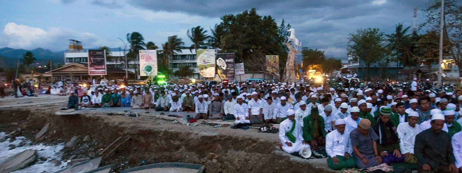 Des Indonésiens prient, à Palu, où un séisme suivi d'un tsunami a tout dévasté le 28 septembre.