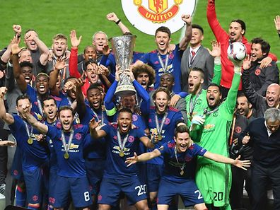 Manchester United's English striker Wayne Rooney (C) celebrates with the trophy and the team after the UEFA Europa League final football match Ajax Amsterdam v Manchester United on May 24, 2017 at the Friends Arena in Solna outside Stockholm. / AFP PHOTO / JANEK SKARZYNSKI