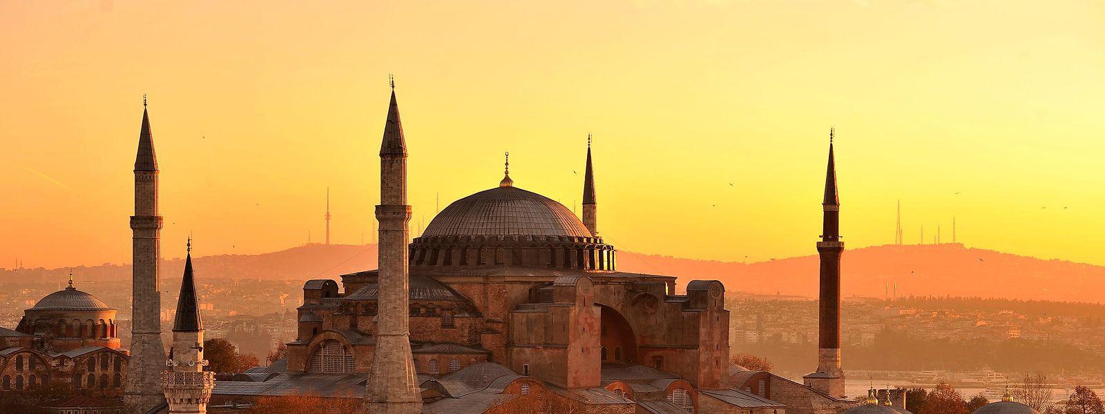Die Hagia Sopia, aufgenommen kurz nach Sonnenaufgang. Das Oberste Verwaltungsgericht in der Türkei hat einem Bericht zufolge den Status des berühmten Gebäudes Hagia Sophia in Istanbul als Museum annulliert und damit den Weg zur Nutzung der einstigen Kirche als Moschee freigemacht. Das berichtete die staatliche Nachrichtenagentur Anadolu am Freitag.