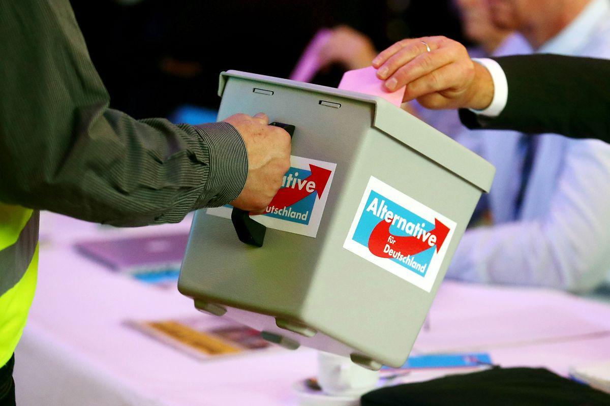 Delegierte werfen ihre Stimmkarte in eine Wahlurne auf dem Landesparteitag der AfD Thüringen. Thüringens umstrittener AfD-Vorsitzender Höcke ist auf einem Parteitag in seinem Amt bestätigt worden.