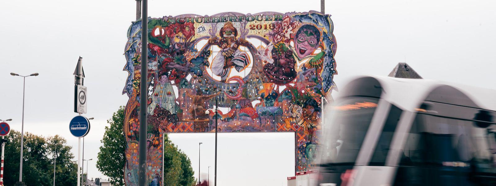 Das Portal thront bereits am Rande des Glacis-Feldes. Am 23. August ist der Auftakt der beliebten Schobermesse.