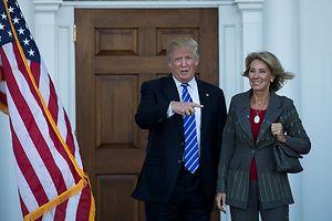Betsy DeVos (r.) soll in Trumps Kabinett Bildungsministerin werden.