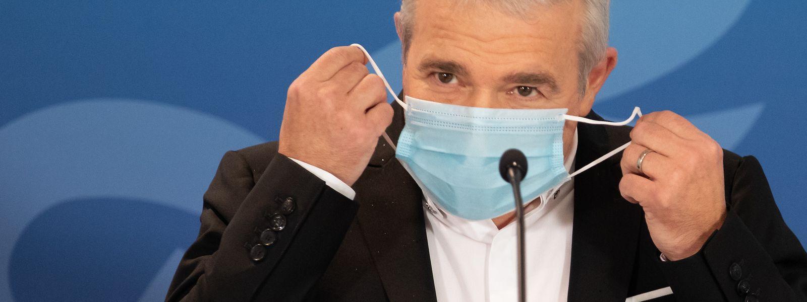Dans un sourire, le ministre des Sports l'a confirmé : «Le masque n'est pas obligatoire sous la douche». Ouf!