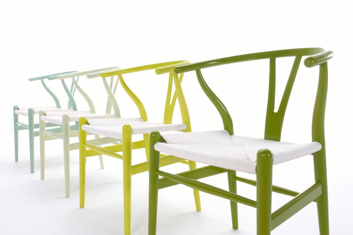 Nicht nur das gelbliche Grasgrün haben Hersteller wie Carl Hansen & Son derzeit im Angebot.Sie tauchen Möbel wie den Wishbone Chair in diverse Grüntöne.