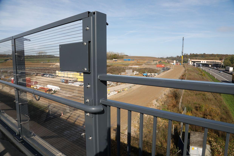 Au-dessus de la future voie ferrée, des dispositifs de sécurité ont déjà été installées la semaine dernière.