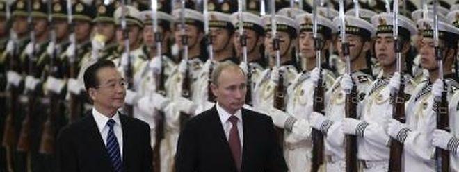 Russlands Ministerpräsident Putin ist zu Gesprächen nach China gereist. Hier beim Empfang von Amtskollege Wen Jiabao. Foto: Jason Lee