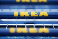 Vor einem Gebäude des schwedischen Möbelhauses Ikea stehen Einkaufswagen mit dem Logo des Unternehmens.