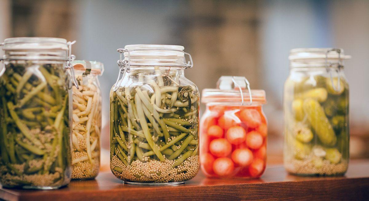 Weckgläser aus Glas sind ideal zum Einlegen von Bohnen oder Gurken.