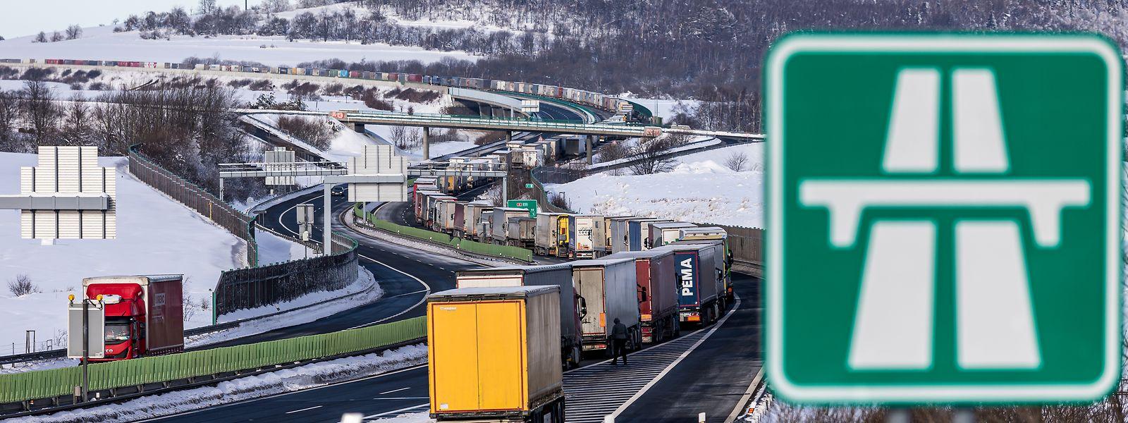 Ein mehrere Kilometer langer Stau bildet sich wegen der Kontrollen auf der Autobahn D8 an der deutsch-tschechischen Staatsgrenze.