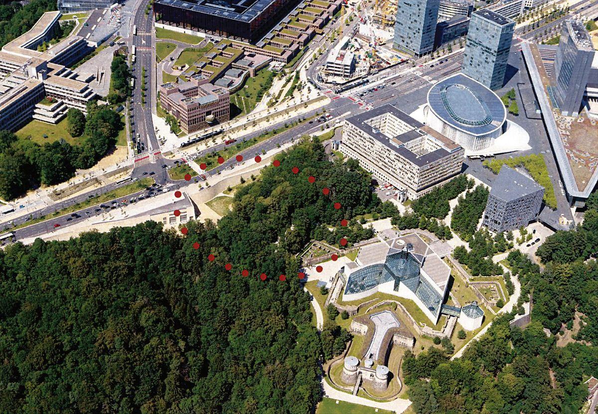 Der Fußgänger- und Fahrradweg wird sich vom Bastion in Höhe des Halts Rout Bréck-Pafendall durch den Wald bis zum Vorplatz des Mudam schlängeln. Auf diesem Foto sieht man rotgepunktet, welcher Bereich vom Vorhaben betroffen ist.