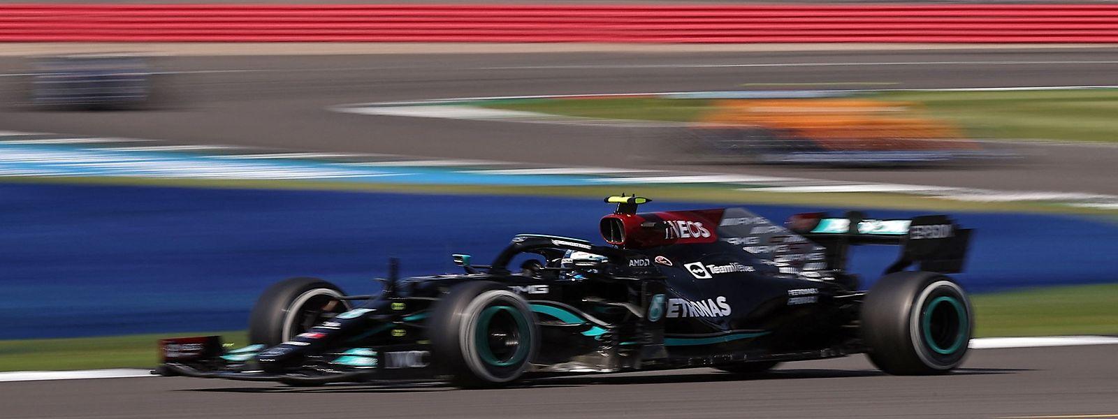 Lewis Hamilton agiert mit viel Risiko und wird belohnt.
