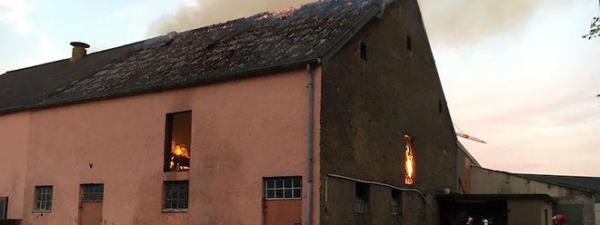Der Brand einer Scheune beschäftigte die Feuerwehrkräfte aus Bettemburg, Hesperingen und Roeserbann noch bis 3 Uhr morgens.