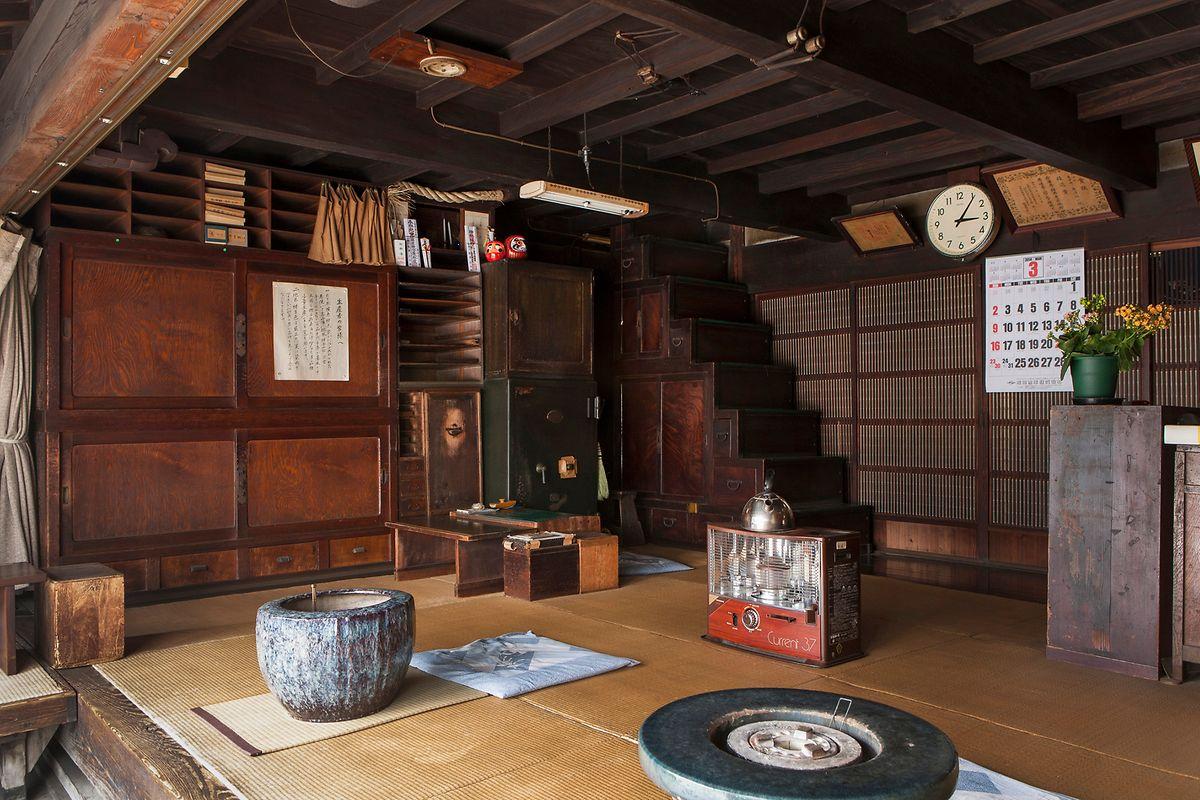 Verkauft werden die Yuki-tsumigi-Stoffe wie vor Hunderten vor Jahren von einem kleinen, zur Straße hin offenen Laden aus, in dem die Zeit stehen geblieben zu sein scheint.
