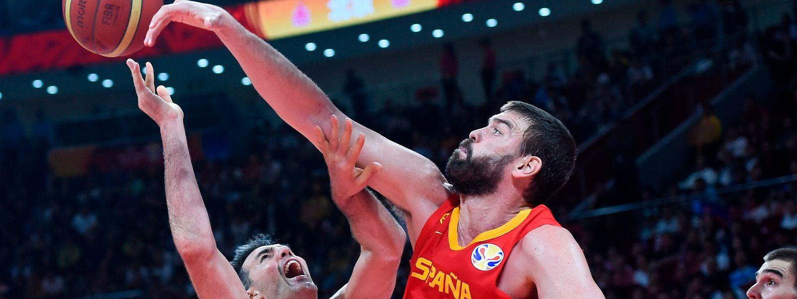 Luis Scola (l.) und der Spanier Marc Gasol kämpfen um den Ball.