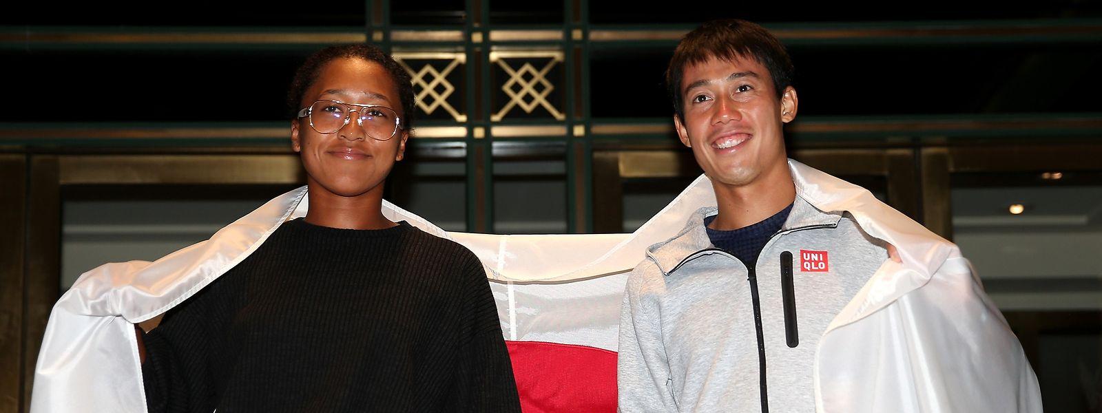Der Stolz eines ganzen Landes: Naomi Osaka und Kei Nishikori (r.) posieren vor ihrem Hotel mit der japanischen Flagge.