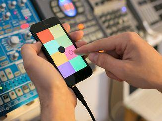 Einfacher geht's nicht: In jeder der acht farbigen Kacheln der Sampler-App Keezy kann ein aufgenommener Sound hinterlegt und dann abgespielt oder geloopt werden.