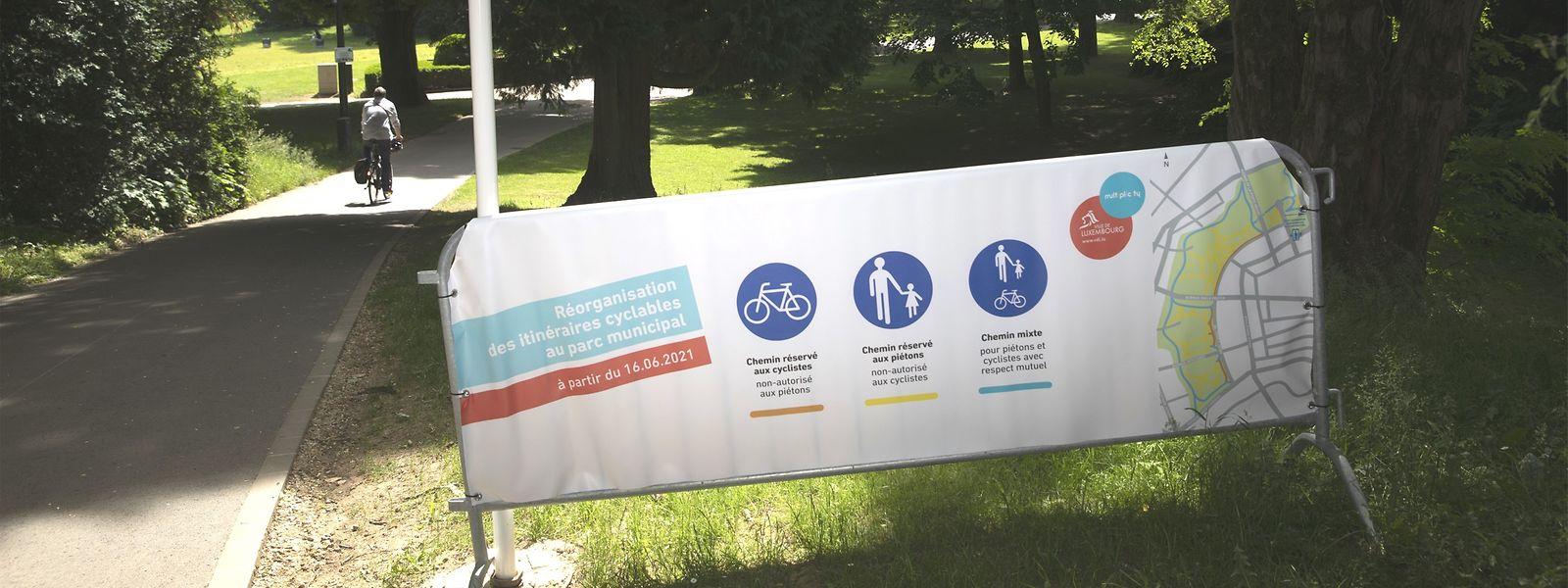 A partir de l'avenue Emile Reuter, les cyclistes sont contraints de sortir du parc, le reste de la zone étant réservé aux piétons