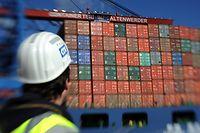 Hamburg: Ein Containerschiff wird am Container Terminal Altenwerder entladen.