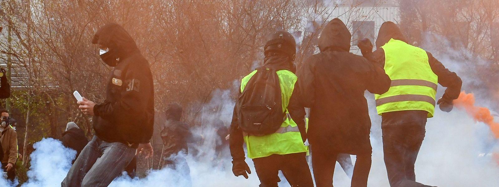 Teilnehmer an den Protesten in Nantes versuchen, dem Tränengas zu entkommen.
