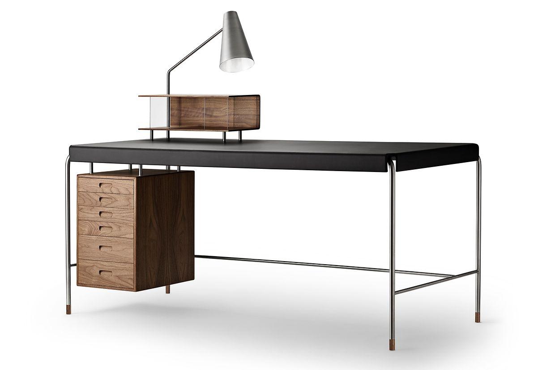 """Ein Schreibtisch mit klassischem Look: Der """"Society Table"""" von Carl Hansen & Søn besteht aus Stahl, Furnier, Leder und Holz."""