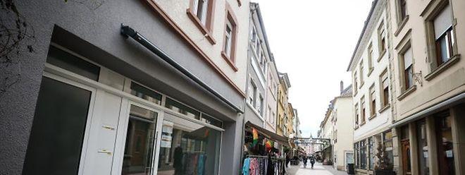 """Blick in die """"Halergaass"""": In der gesamten Fußgängerzone stehen Geschäfte leer."""