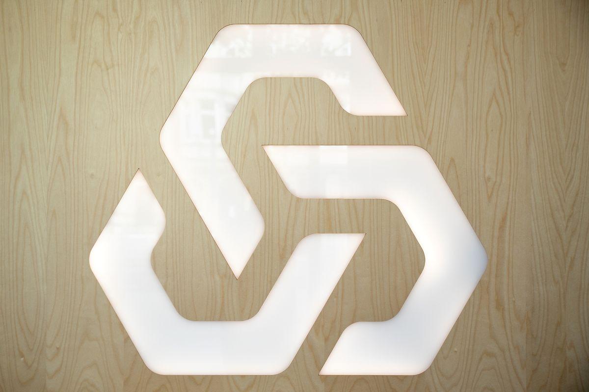 O logótipo do banco nos renovados escritórios no Grão-Ducado.