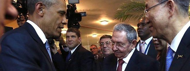 Barack Obama et Raul Castro se sont serré la main et ont échangé quelques mots peu avant l'ouverture officielle du Sommet des Amériques.