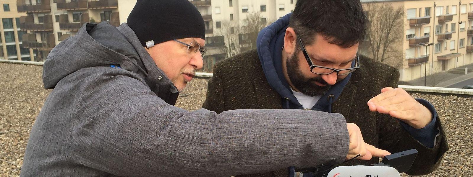 Unser Video-Team im SoFi-Einsatz auf dem Hauptgebäude von Saint-Paul Luxembourg in Gasperich: Germain Weniger und Francis Verquin justieren die Kamera, die mit einem Spezialfilter ausgerüstet ist.