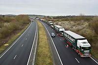 Lastwagen stauen sich in der Nähe von Dover: Ohne Brexit-Abkommen drohen Umwälzungen für die Wirtschaft.
