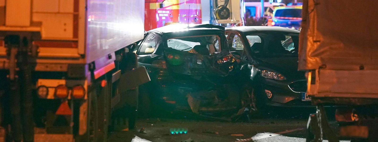 Alguns veículos ficaram destruídos pela força do embate do camião branco (à esq.).g.