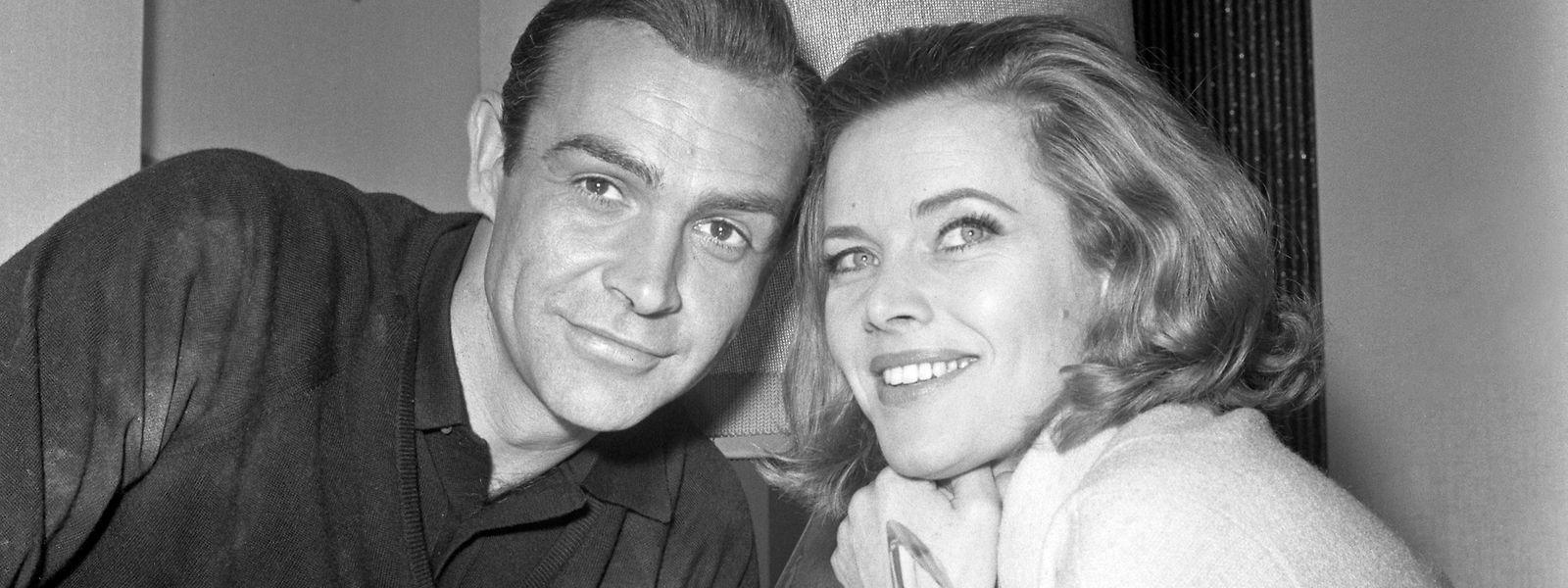 Schauspielerin Honor Blackman sitzt neben dem James Bond Star Sean Connery. Blackman, die in den 60er Jahren durch ihre Rolle in dem James-Bond-Film «Goldfinger» weltbekannt wurde, ist tot.