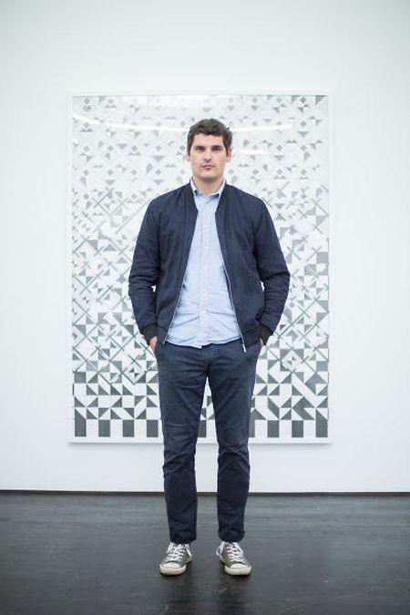 Steve Veloso com uma das suas obras, na Galeria Nosbaum