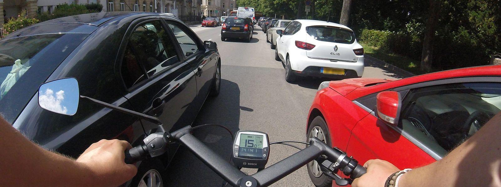Radfahrer werden alltäglich mit Autofahrern konfrontiert, die sehr dicht an ihnen vorbeifahren. Dass die Fahrzeuglenker den Mensch auf dem Zweirad dabei in akute Lebensgefahr bringen, scheint vielen nicht bewusst zu sein.
