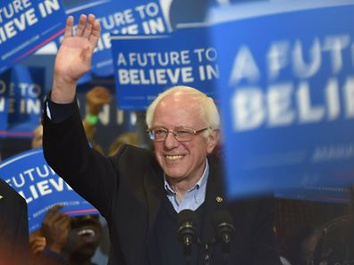 Democratic presidential candidate Bernie Sanders waves to supporters during a rally Great Bay Community College February 7, 2016 in Portsmouth, New Hampshire. / AFP / Don EMMERT