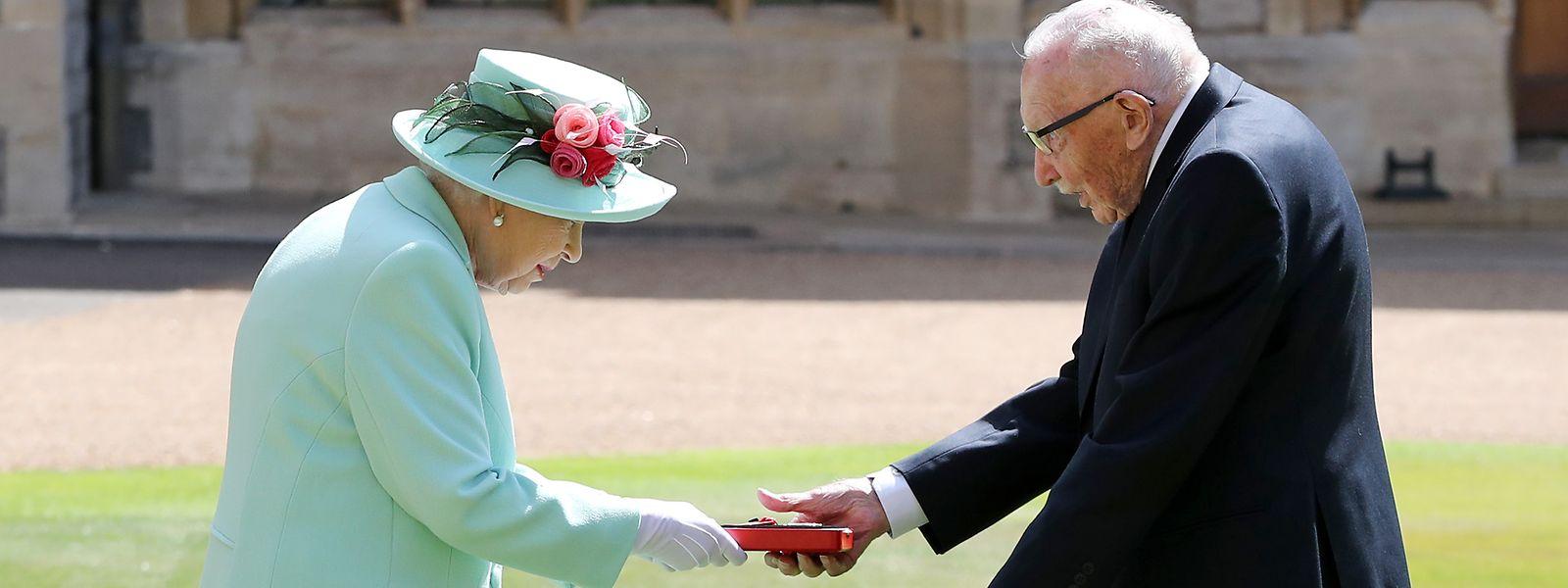 Königin Elizabeth II. beim Überreichen der Insignien.