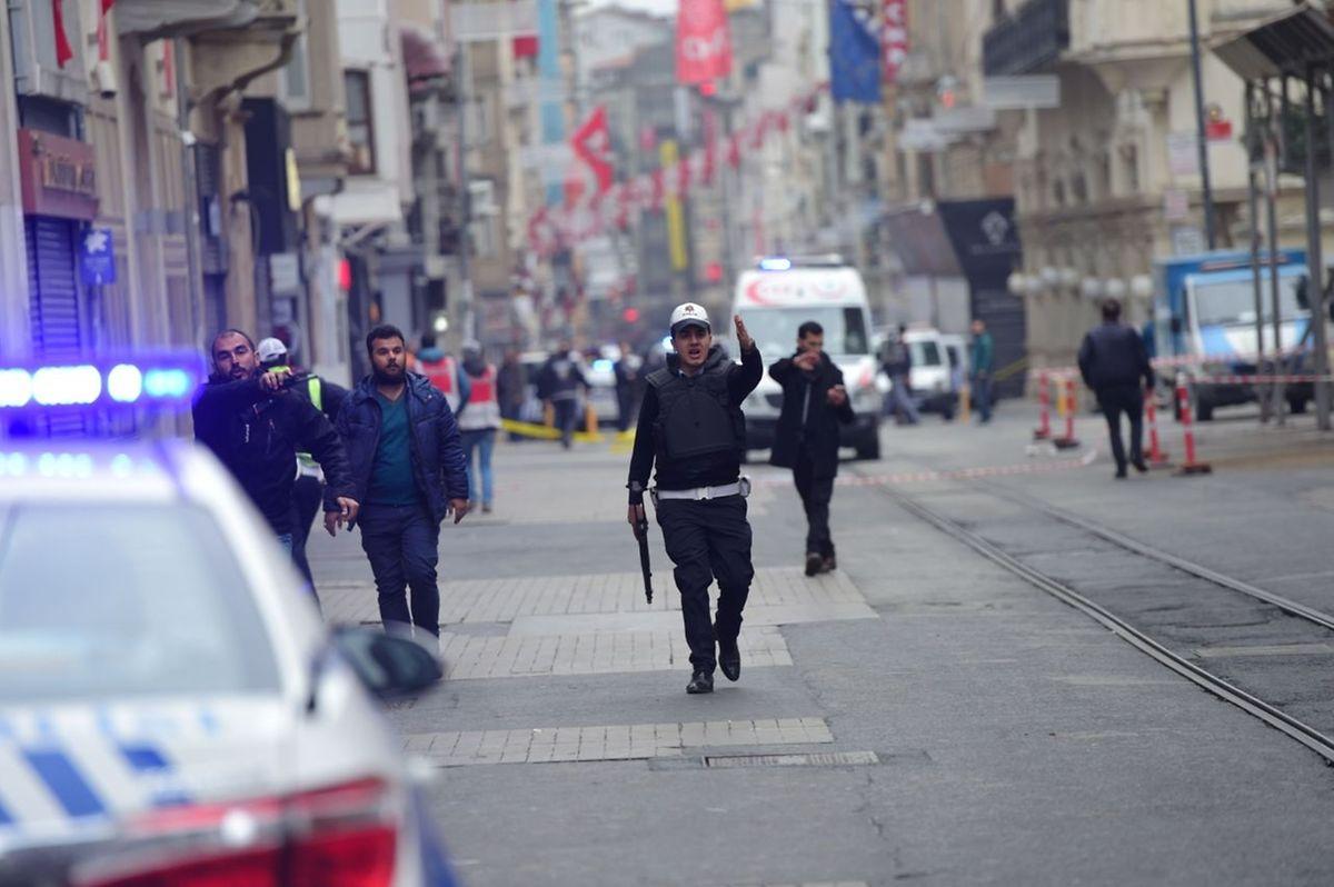 La rue Istiklal a été évacuée après l'attentat, ainsi qu'une bonne partie de la place Taksim située en amont de l'artère.