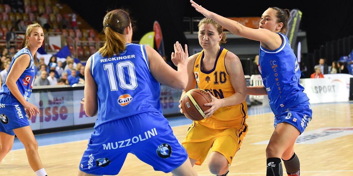 Esmeralda Skrijelj (Mitte), hier gegen Basket Eschs Billie Schulté (r.) und Tessy Hetting (10 blau), erzielte 19 Punkte.