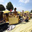 Bewohner der vom Abriss bedrohten Dörfer sitzen bei einer Demonstration am Rande des Braunkohletagebaus Garzweiler auf einer Landstraße. Die Proteste für mehr Klimaschutz im Rheinland gehen weiter.