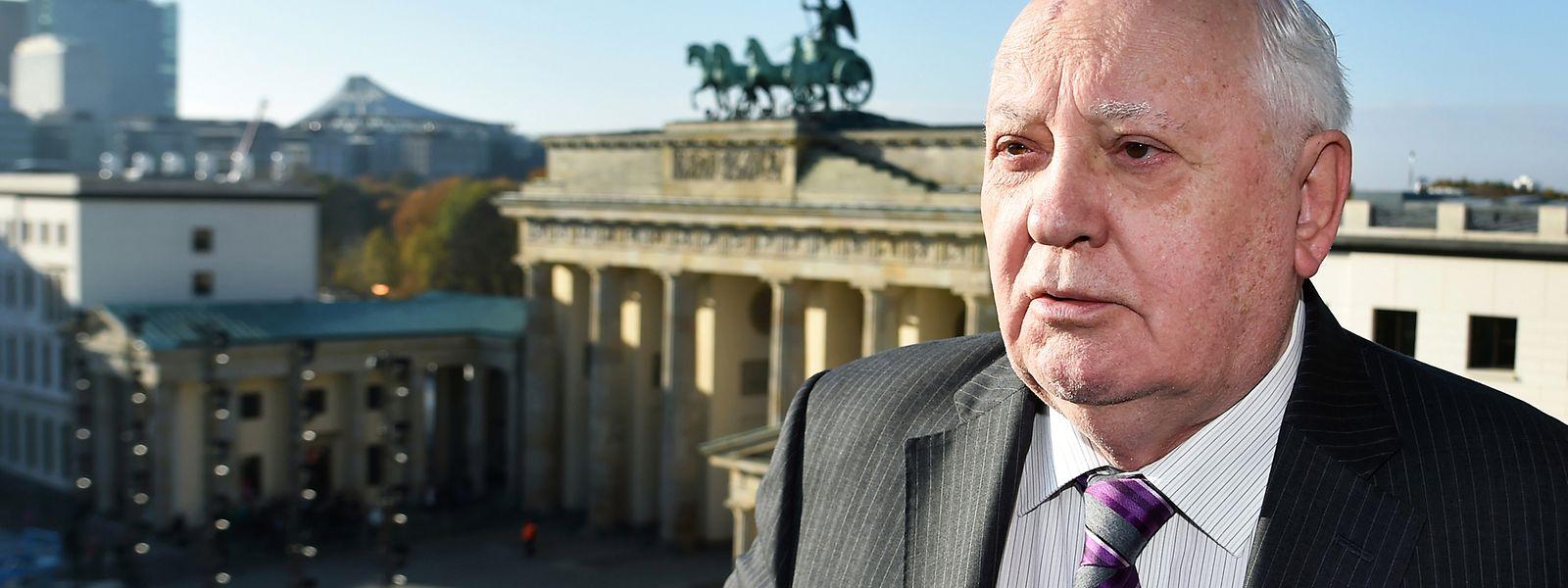 Der frühere sowjetische Staatspräsident Michail Gorbatschow bei einem Besuch am Brandenburger Tor in Berlin 2014.