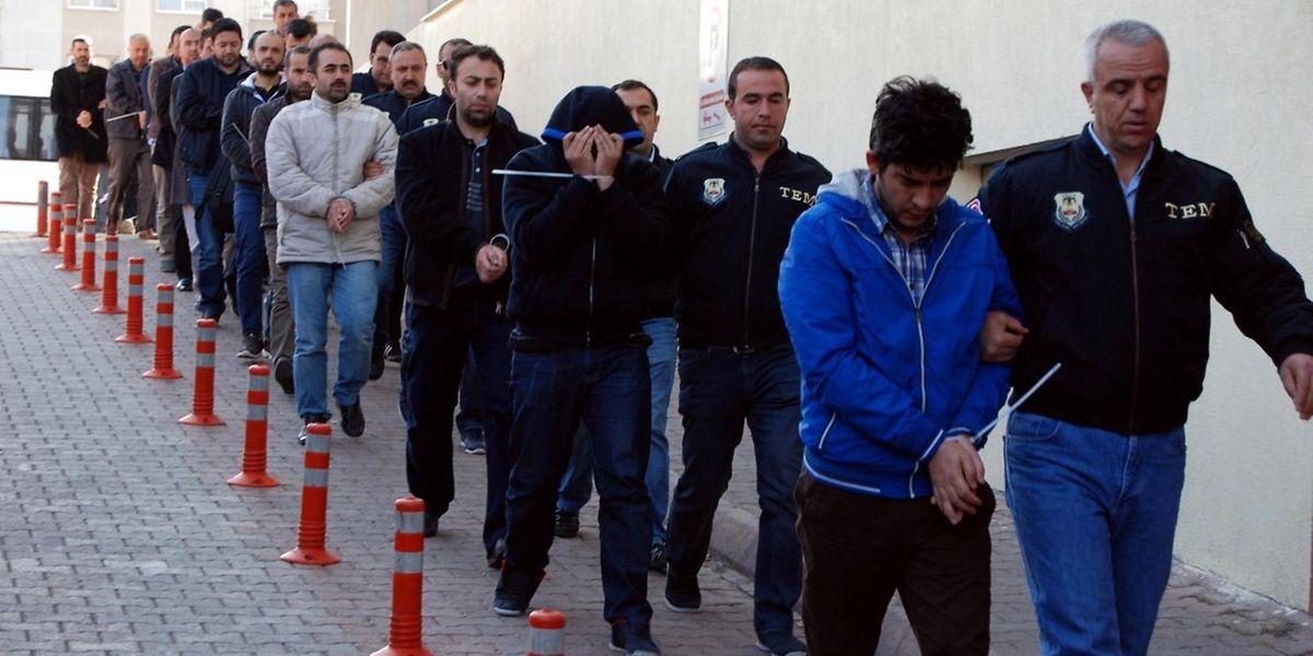 """Dieses Bild von der """"Dogan News Agency"""" zeigt wie die türkische Polizei am 26. April in der Stadt Kayseri angebliche Aktivisten der Fethullah Gulen-Bewegung abführt."""