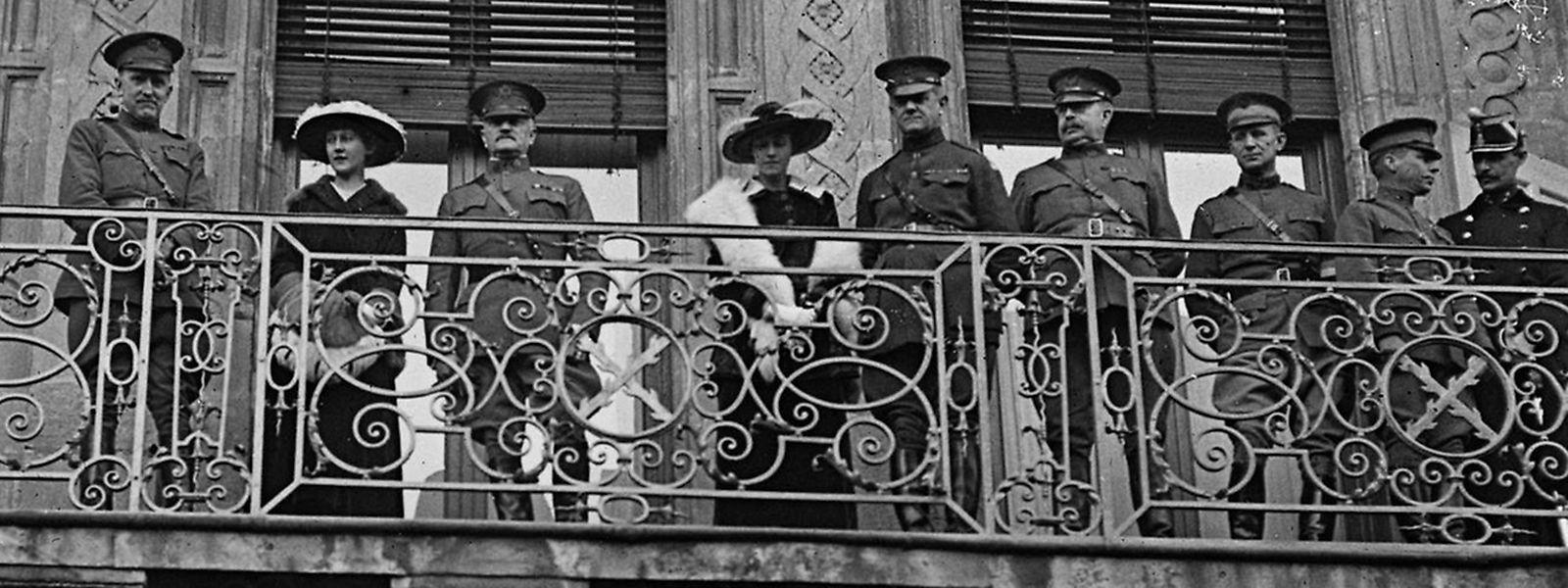 Auf dem Balkon des großherzoglichen Palais am Krautmarkt: General Pershing (3.v.l.) zwischen Prinzessin Charlotte (2.v.l.) und Großherzogin Marie-Adelheid.
